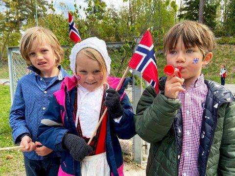 FORKLARING: Olav Helldal Lohne, Lea Celine Valle og Sebastian Gowan Farrier forklarte på fornuftig hvis hvorfor vi feirer 17. mai. FOTO: Ole Jonny Johansen