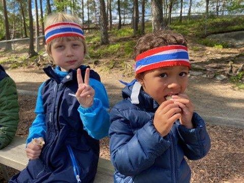Jesper og Nael går i Oksval barnehage på Nesodden, og fredag markerte de at det snart er 17. mai med pølser og saft. FOTO: Ole Jonny Johansen