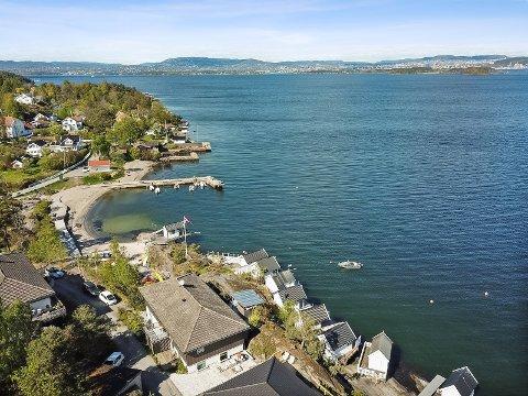 Boligen, med en prisantydningen på 13,9 millioner, ligger rett ved siden av Hellvik strand. – Interessen har kommet fra folk i Oslo og fra Nesodden, forteller megler Mia Renée Fløttre.