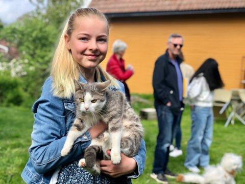 Myke toner: Hedda Vogn-Henriksen (11) spiller piano på utendørskonserten 6. juni. Katten Minne fra Minnesund er muligens litt skeptisk til andre dyr i hagen sin - men greier seg nok.