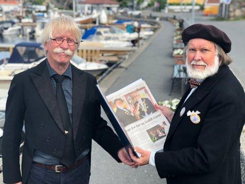"""Skuffet: Lutefisk-elskerne Tom O. Johansen og Jan-Kåre Øien ble litt skjelvne da de fikk beskjeden.  Sløyfer og medaljer er fjernet fra jakkeslagene. I stedet bærer de buttons med """"Den triste dagen""""."""