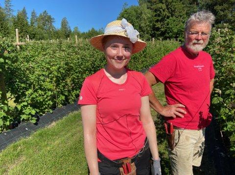 NORSK: Roy Andersen ved Bringebærlandet satser på norsk arbeidskraft i sommer. Her sammen med praktikant Christine Kokkim. FOTO: Ole Jonny Johansen