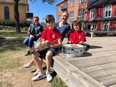 FORNØYDE: Kristin Osvoll, styreleder i Drøbak-Frogn Skolekorps, sammen med sønnene Håkon (11) og Martin (8). I bakgrunnen Rita Hirsum Lystad, president i Norges Musikkorps Forbund.