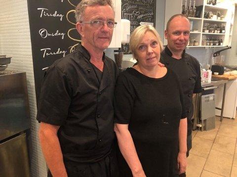 to og en halv time forsinket kunne de åpne kafeen. – Vi hadde ni kaker som skulle lages, derfor skulle vi begynne på jobb halv sju forteller John og Evy Thune og daglig leder Tom Stiian Rinden.