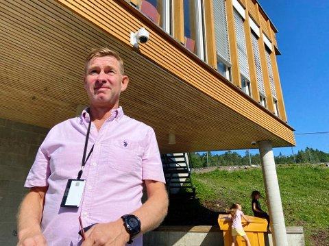 -  SE HER: Over hodet på Karl Erik Slettebøe henger ett av videokameraene som er montert opp ved Drøbak skole. FOTO: Ole Jonny Johansen