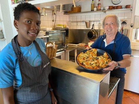I GANG IGJEN: Viwribei Ramirez og Benjamin Galvan hos Galleri Kafé Teskje har igjen begynt å servere mat til gjester . FOTO: Ole Jonny Johansen
