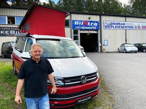 TO HØYDER: På denne feriebilen er det mulig å løfte taket slik at man kan sove i to høyder, forteller Jarle Djuvsland. FOTO: Ole Jonny Johansen