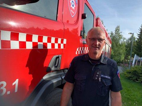 FUGL I PIPE: Brannsjef Lars Even Andersen reddet en skjære som hadde kommet inn i skorsteinen til en huseier på Fagerstrand.