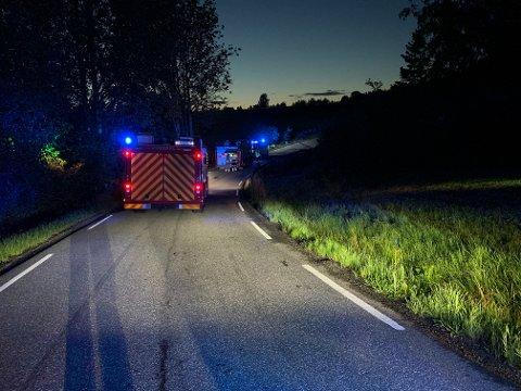 Nødetatene rykket ut til Kongeveien i Ås etter melding om trafikkulykke sent onsdag kveld. Foto: Ivar Ruud Eide