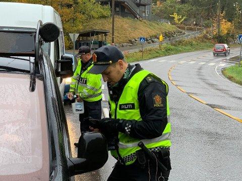 LASERKONTROLL: Torsdag formiddag ble blant annet syv bilister ilagt forenklet forelegg for hastighet under laserkontrollen til UP i Oslofjordtunnelen. Bildet er fra storkontroll på Nesodden.