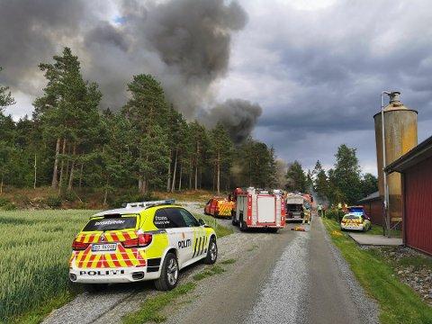 110-sentralen har rykket ut med flere enheter til en boligbrann i Hobøl.
