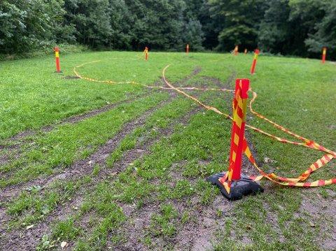 SPERREBÅND: Det er satt opp sperrebånd i det området bilføreren ødela planen med bilkjøringen sin.