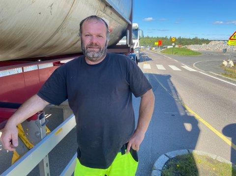 VENTE: - Jeg er på vei til Gøteborg, men det er bare å vente til tunnelene åpnes igjen, sier lastebilsjåfør Morten Johansen. FOTO: Ole Jonny Johansen