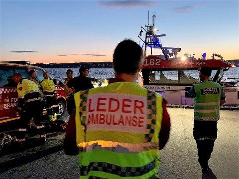 Alle nødetater var på plass ved Fjellstrand brygge etter melding om at en bil hadde kjørt utfor kaia.