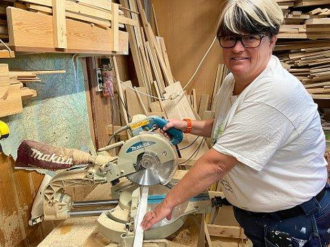VERKSTED HJEMME: Katrine Smith spesiallager møbler i verkstedet hjemme i egen underetasje. FOTO: Ole Jonny Johansen