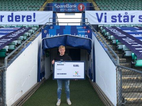 DONERTE PREMIEN TIL DFI: Oliver Valaker Edvardsen fra Drøbak ble utropt til banens beste spiller under en Eliteseriekamp i helgen, og valgte å gi bort premiesjekken til moderklubben DFI Fotball.