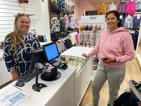 HANDEL: Jashan Kaur var en av de første kundene til Karin Raanaas. FOTO: Ole Jonny Johansen