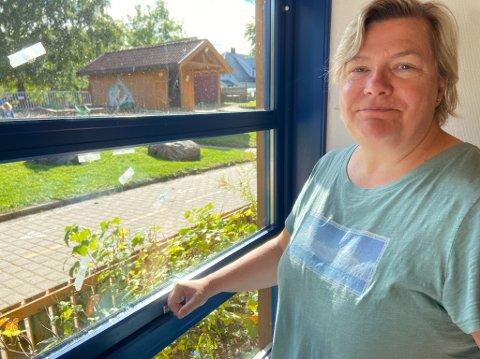 SKUDDMERKER: Anette Skaslien  ved vinduet der tapebitene markerer hvor skuddene har truffet vinduet. FOTO: Ole Jonny Johansen