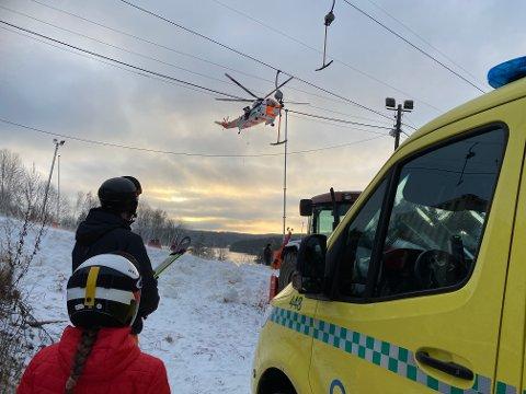 HELIKOPTER: Det var stort oppbud av nødetater under hendelsen i Ingierkollen søndag. Her ser du legehelikopteret ankomme.