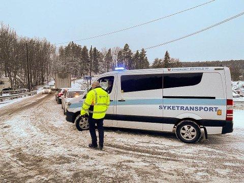 STOPP: Denne ambulansen var blant bilene som ble stoppet i bunnen av Bunnebakkene i ettermiddag. Syketransporten til fra Sykehuset Østfold til Sunnaas sykehus måtte ta veien om Måna for å komme seg til Nesodden.