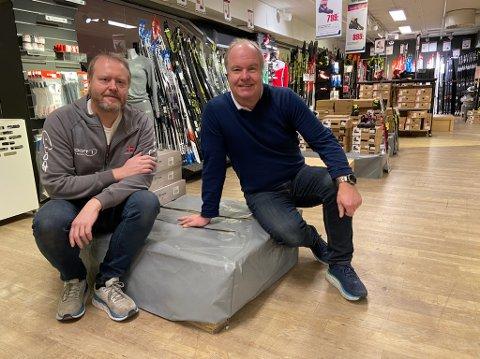 TOMT: På denne pallen Rune og Martin Pedersen sitter på skulle det vært fullt av hockey-skøyter.. FOTO: Ole Jonny Johansen