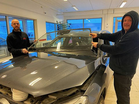 NOK Å GJØRE:  Raimona Jasenas (t.h.) og Robin Nyhus Thomassen bruker vanligvis alt fra en til tre timer å skifte ei frontrute. FOTO: Ole Jonny Johansen