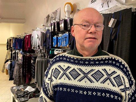 NY KONTRAKT: - Etter å ha vært gjennom en tøff periode, ser vi nå framover og har tegnet en ny 10-årskontrakt  for butikken vår ved Amfi Drøbak City, sier Rolf Sverre Anke Nielsen. FOTO: Ole Jonny Johansen