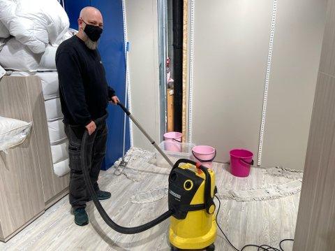 VANN: Petter Haglund brukte tid og krefter på å fjerne vannet i Princess-lokalet ved Amfi Drøbak City. 11 dyner ble skadet da vannet sildret inn. FOTO: Ole Jonny Johansen
