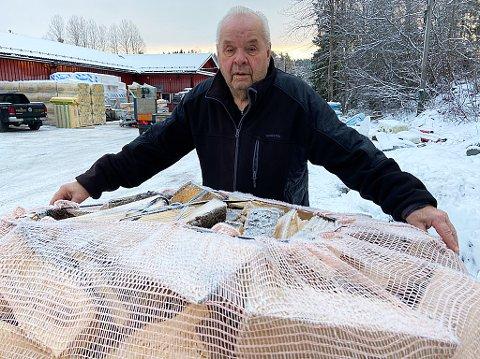 1000 LITERS SEKKER: Leif Pedersen (82) kjører Nesodden rundt med disse 1000-liters sekkene.