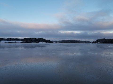 TYNN IS: Ruben Erik Roos testet isen på Årungen onsdag morgen. Han fant flere partier der isen var mye tynnere enn den først så ut som.