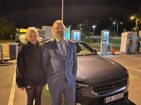 NY BIL: Hugo Martinsen og datteren Tiril Marie Martinsen har fått seg ny elbil, en Polestar 2. Dieselbilen skal selges så snart den er reparert på verksted.