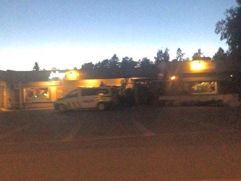 Volden de tre er tiltalt for skjedde utenfor Jokerbutikken på Fjellstrand. Bildet er tatt ved en annen hendelse sist sommer.