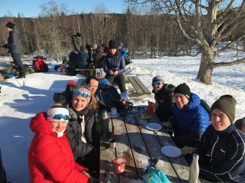 PAUSE: Linnea, Helene, Daniel, Celia, Martin, Vegard og Ida tar en pause på skituren. FOITO: Privat