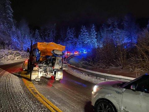 Det ble lange køer på stedet ved Bunnebakkene onsdag kveld da en bil havnet på taket. Nå gjelder farevarslet for snø også torsdag og fredag, og politiet kommer med en oppfordring.