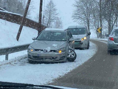 AUDA: Denne bilen mistet hjulet på Drøbakveien i Ås.