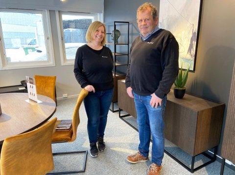 TRENDER: Stein Jørgensen (59) og Cathrin Skålvik (48) forteller om trender i møbelbransjen.. FOTO: Ole Jonny Johansen