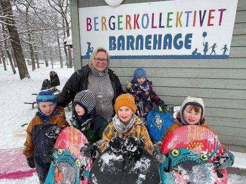 BEST: Bergerkollektivet barnehage får best tilbakemeldinger blant barnehagene på Nesodden i den store foreldreundersøkelsen for 2020. En glad styrer Janine Lund sammen med noen av de 18 barna.