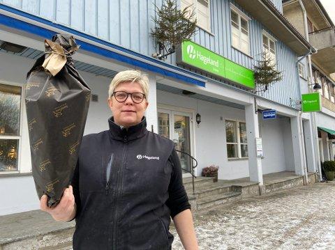 RØRT: - Folk kommer for å kjøpe blomster de ønsker å gi bort til venner og bekjente som har det tungt i disse dager, sier Anita Dahl. FOTO: Ole Jonny Johansen