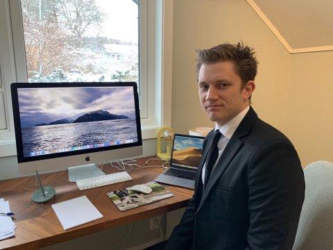 PÅ HJEMMEKONTOR: Advokat Andreas Holmsen-Ringstad hjemme i Ski der han gjennomførte digital rettsak. Han er ansatt i advokatfirmaet Austin Lyngmyr & Co i Drøbak.