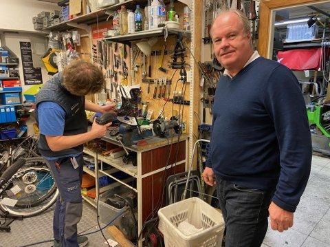 TOMT: Rune Pedersen i Sporten Drøbak på Amfi Drøbak City forteller at butikken sliter spesielt med å skaffe nok sykkeldeler.