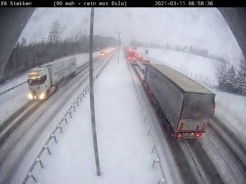 SNØEN KAN SKAPE PROBLEMER: Slik så det ut på E6 ved Støkken i nordgående retning mot Oslo rundt klokken 07 torsdag morgen. Ulykker og vanskelige kjøreforhold kan føre til kødannelser.