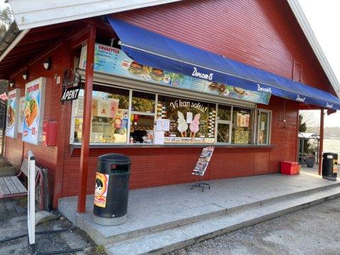 POPULÆRT STED: Kiosken på Nesset er et sted mange valfarter til på varme dager, og mange snakker med store superlativer om isen på stedet. Kommuneoverlegen er derimot bekymra.