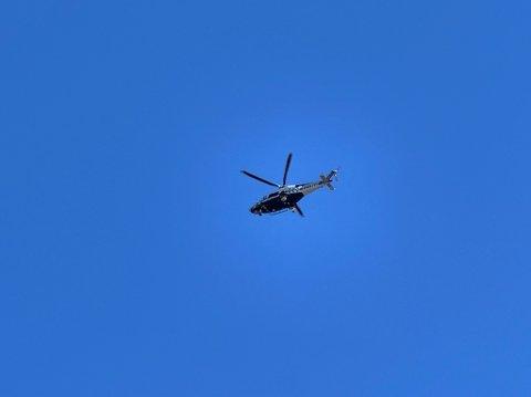 Her henger politihelikoptret i lufta over Ås.