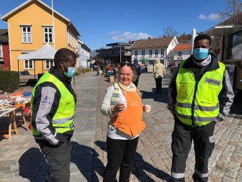 Tilbød solbærtoddy: Marit Huseby Waage i food trucken ville gi vekterne litt varm drikke. – Vi faster og må takke nei, forklarte vekterne Abdi (til v.) og Mahammoud fra Avarn Security.