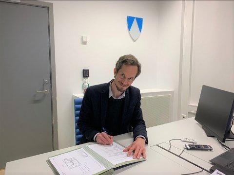 Ordfører Eivind Hoff-Elimari skriver under avtalen med Røde Kors Fellesverket om bruk av ungdomshuset på Skoklefall i tre år, med opsjon på ytterligere tre år. FOTO: Wenche Follberg