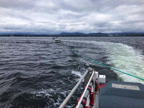 Av grunn: Slep av havaristen utenfor Nesoddtangen søndag formiddag. Foto: «RS Klaveness Marine»