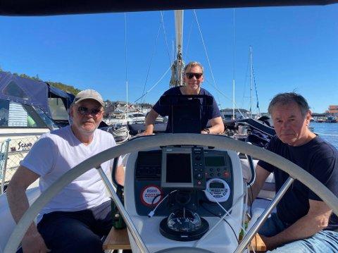 GJENNOM KRAGERØ: Kåre Føyen, Lars Sønsterud og Arne Danielsen fra Drøbak er innom Kragerø med den nye båten.
