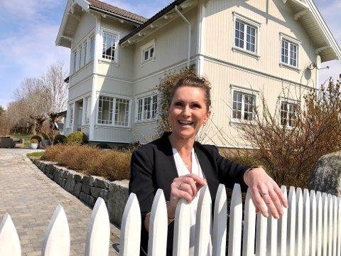 Mer enn gøy på landet: For Heidi Haver i Haver Interiør er det butikk også. Her foran sitt eget hus.