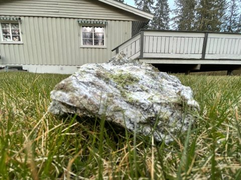 NÆR HUSENE: Større sprengsteiner falt svært tett på husene i Ytre Enebakk.