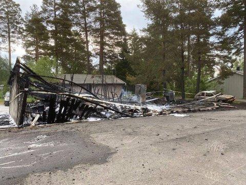 TOTALSKADD: Både garasjeanlegget og en rekke biler er helt ødelagt etter en brann i Ås i natt. En person er pågrepet og mistenkt i brannen.
